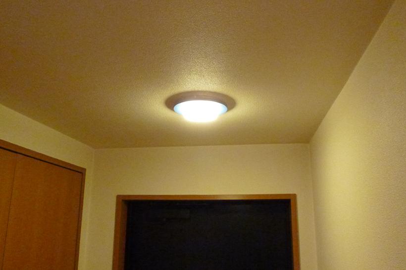 ↑電気をつけると温かみのある明かりが灯ります。電球が剥き出しではない点も好印象