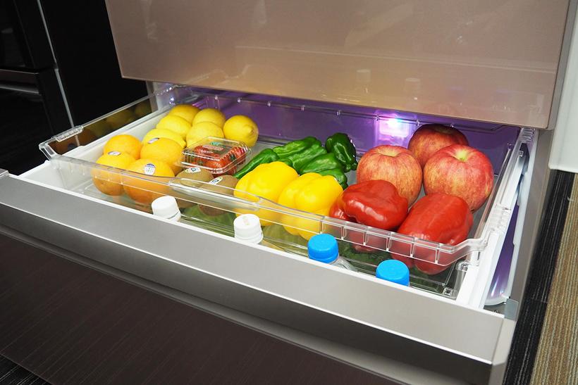 ↑こちらがLEDで野菜の栄養素をアップさせるという野菜庫。奥で「赤、緑、青」LEDが点灯しているのが見えます