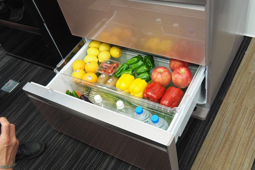 ↑リンゴやピーマンなどを置いている透明トレー部がフタとなり、下部野菜庫の密閉度をアップ。葉野菜なども乾燥しにくいので長持ちします