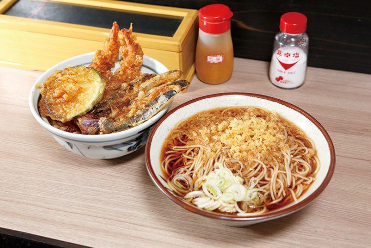 ↑海老天丼セット(730円)えび天2本と季節の天ぷらが入った天丼とそばがセットに。そばはかけともりが選べる
