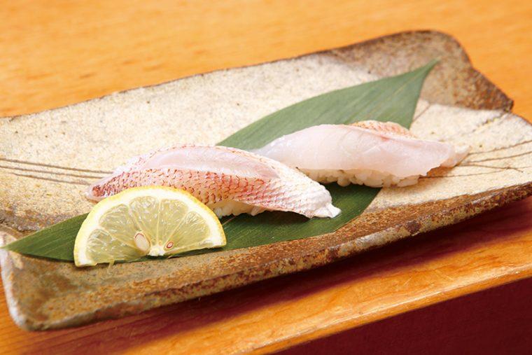 ↑のどぐろ/二貫(777円) 肉質が柔らかく、脂がたっぷり乗ってうまみが濃厚なのどぐろ。皮目を炙ることで、香ばしさと甘みもプラス。粗塩とレモンで、ネタのうまみをストレートに味わえる