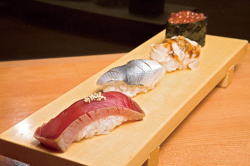 ↑江戸盛(918円) 職人仕込みの腕が光る江戸前寿司の四貫盛り。漬けまぐろはサクのまま約2時間しょうゆに漬けて切りつけ。こはだは塩と酢を控えめにし、身のうまみを際立たせている