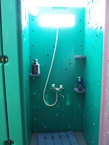 ↑シャワーブースは簡易的なもの。シャンプーなども備えられています