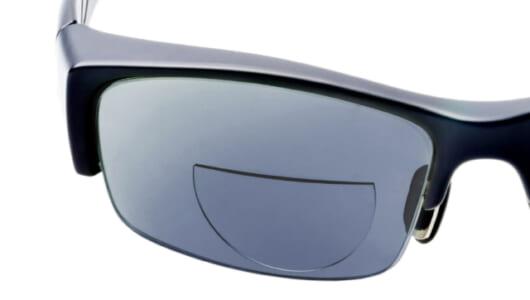 水でくっつけるだけ! 「貼れる老眼鏡」の登場で愛用のサングラスが長く使える!