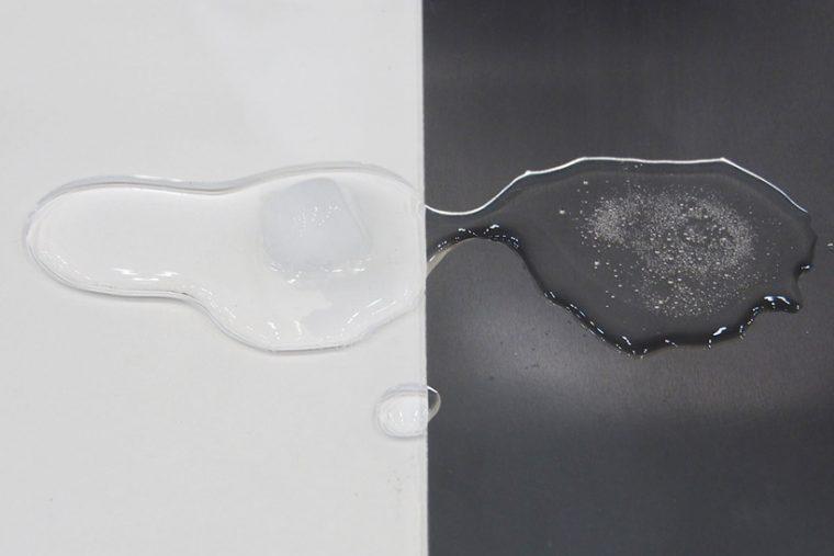 ↑白い樹脂ボード(左)と、アルミ製ボード(右)に同じ大きさの氷を置いたものを比較。5分ほどでアルミ側は完全に溶けましたが、樹脂製ボードの氷はまだ残っています。アルミの熱伝導性の高さがわかります