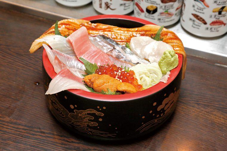 ↑大名ちらし(1296円) 中とろやうに、しめさば、あじ、穴子などが入ったちらし寿司。ランチタイムの丼のなかでも豪華な一品だ。なお、ランチタイムの丼は大盛り無料で、すべてにみそ汁が付く