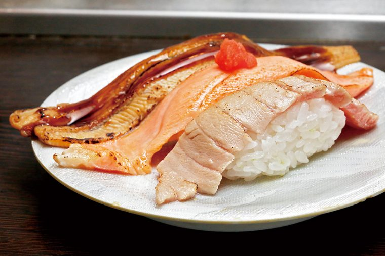 ↑あぶり三種にぎり(540円) 穴子、サーモン、中とろを炙りにした三種盛り。サーモンや中とろは脂が適度に抜け、香ばしい風味とともにさっぱり食べられる。ネタは両端が皿に着くほどの大きい