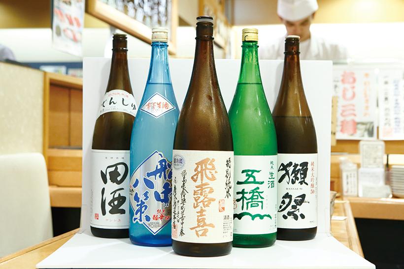 ↑日本酒各種/1号(390円~) 写真は「田酒」「船中八策」「飛露喜」「五橋」「獺祭」の生酒。生酒は季節限定で、夏の時期しか飲めない。