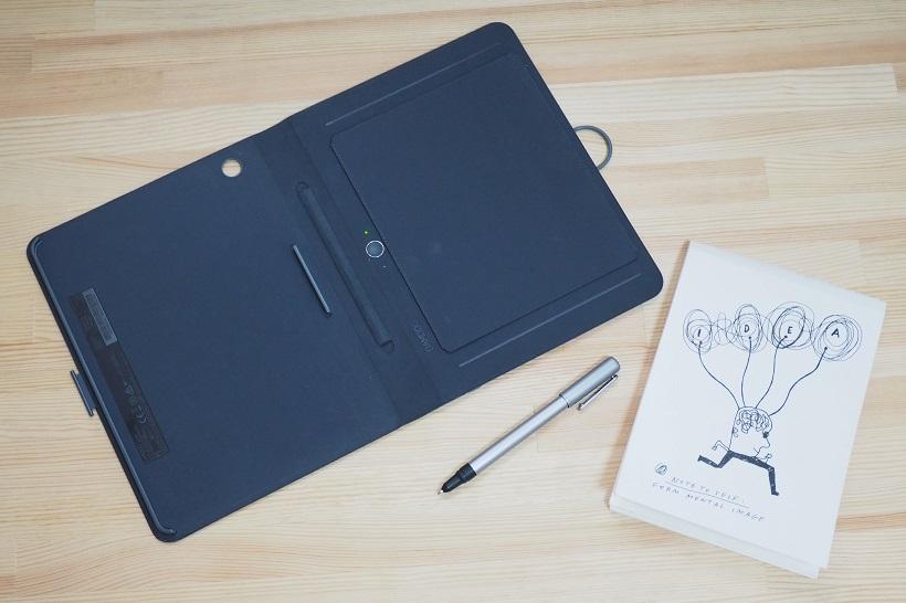 ↑左から「スマートフォリオ」、「スマートボールペン」、標準で同梱するノートパッド(30ページ)