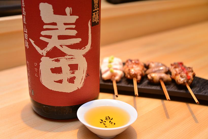 ↑福岡・井上合名会社の「美田 豊醸8年~熟成」(950円)。山廃の純米酒で、オススメは熱燗。紹興酒やシェリー酒のようなオリエンタルな香りがあり、褐色なのも特徴です