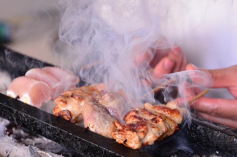 ↑精肉は食感とジューシーさのバランスがよい福島の伊達鶏、内蔵は鮮度と旨味が抜群な鳥取の大山どりを使用。焼く直前に昆布酒をあしらい、素材の持ち味を最大限に引き出すとともに旨味をプラスしています