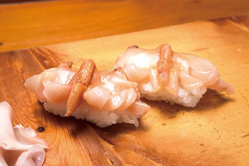 ↑シャキシャキした食感とともに貝独特の風味が鼻から抜ける高級ネタ。独特の甘みとうまみ、ほのかな渋みが心地いい、大人の味だ