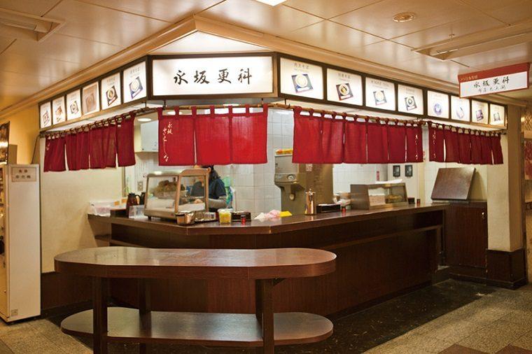 ↑立ち食いコーナーは966 年にオープン。50 年近く続く人気店だ