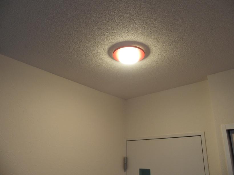 ↑ダウンライトのまわりの天井も照り返しで明るくなっているのがわかると思います。光が柔らかくなって、雰囲気が出ています