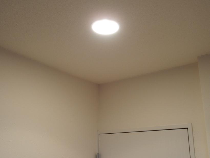 ↑こちらが以前のダウンライト。クリプトン球を使っているので光の広がりはデコルミナに負けていません。直接ライトを見てしまうと、かなり眩しく感じます