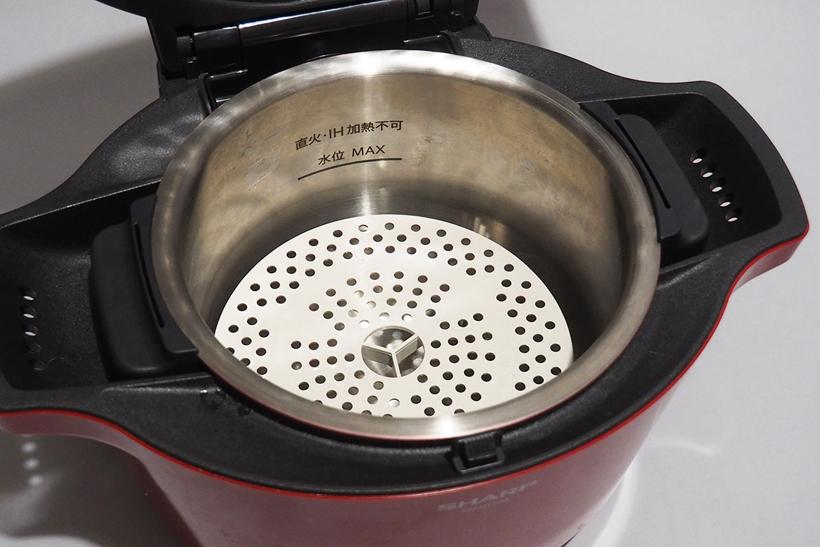 ↑足のついた蒸し板を内鍋にセットし、水を200mlほど入れれば蒸し料理も可能です。茶わん蒸しなども作れます
