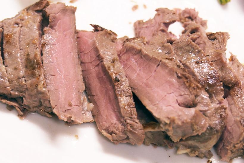 ↑お皿に盛り付け、ビニールにたまった肉汁でソースを作れば完成! 12時間加熱したのに、中心はきれいなピンク色。しかも赤身の硬い肉が、箸でも千切れる柔らかさになっています