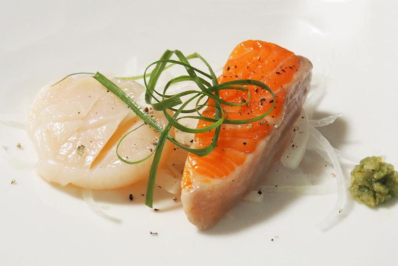 ↑こちらは、刺身用の魚介類を油と一緒にビニールに入れて、40℃で1時間低温調理したもの。高級フランス料理で提供される「コンフィー」と呼ばれる料理です。サーモンは見た目が刺身のような色ですが、食べると加熱された非常に繊細で上品な味。ホタテは弾力が増して、味も濃くなっています