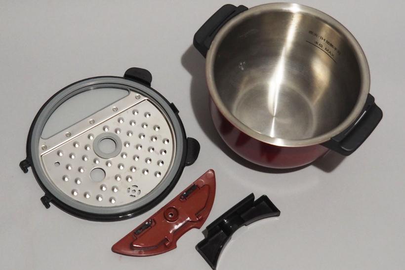 ↑ちなみに、使用後に必ず洗うパーツは内鍋と内ブタ、つゆ受け、蒸気口カバーの4点。使用した場合はまぜ技ユニットや蒸し板なども洗います。圧力なべではないので、シンプルな形のパーツが多く、片付けはあまり苦にはなりません