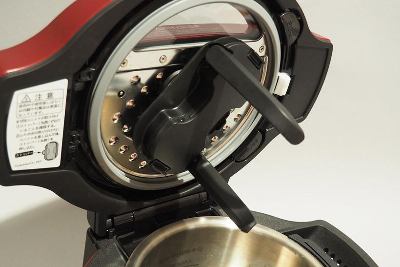 ↑本製品のもうひとつの特徴が、食材を優しくかきまぜる「まぜ技ユニット」の存在。最適なタイミングでパカッと開いて食材をかき混ぜるので、味のムラがない煮込み料理や炒め物まで作れます。まぜ技ユニットを外して調理することも可能です