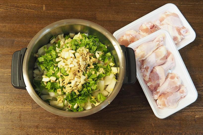 ↑一応付属レシピもありますが、我が家では冷蔵庫に余っている野菜を適当に入れて作っています。野菜をすべて細かくカットして、内鍋にセット。ポイントは、水分の多い野菜(ここではトマト)から下に詰めていくことです