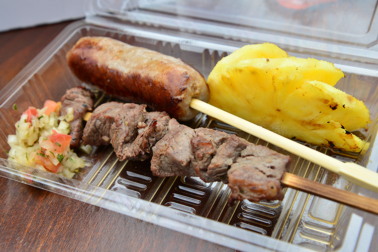 ↑シュラスコ・ミックス(牛肉串焼き、ブラジルソーセージ、焼きパイン) 1000円