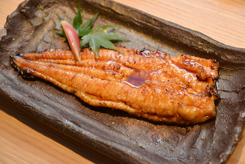 ↑ディナーで提供される「近大発ナマズ蒲焼」(2000円)。身のサイズはランチと同等です