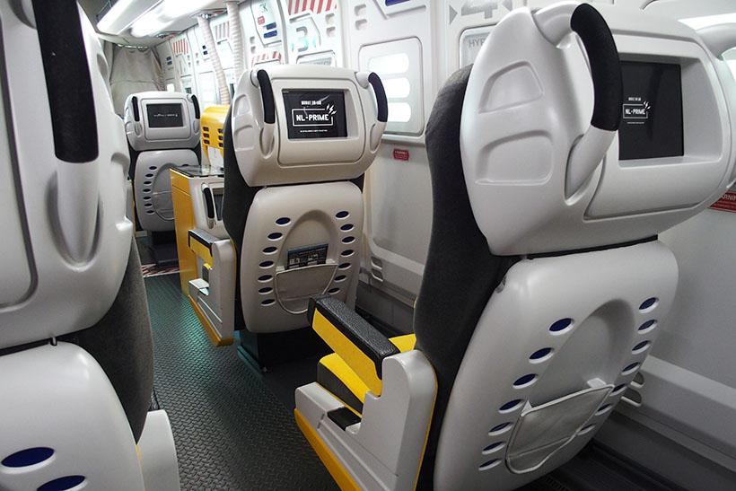 ↑座席の背面にはタッチ操作対応のタブレットPCが埋め込まれています