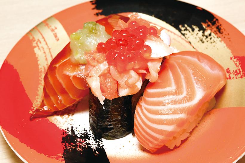 ↑サーモン三貫トリオ(310円) 生サーモン、サーモンといくらの軍艦、漬けサーモンのセット。サーモンは見た目どおりに脂の乗りが抜群。漬けサーモンは大根おろしとワサビ菜でさっぱりと食べられる
