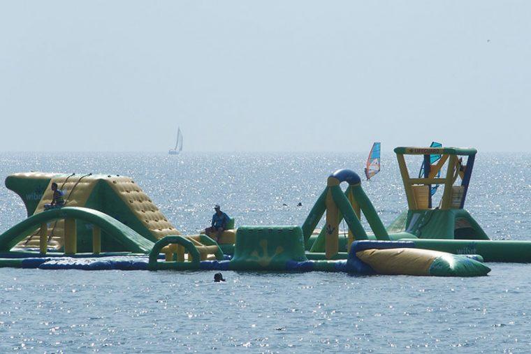 ↑海に浮かぶウォーターパーク。渡し船で送り迎えしてくれます