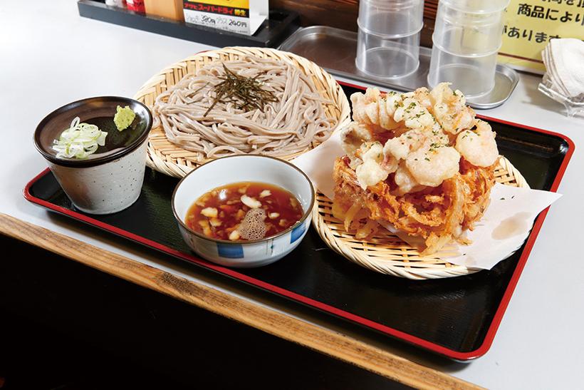 ↑海盛りかき揚天ざるそば(700円)。玉ねぎとにんじんのかき揚げの上に、えびやげそなど魚介の天ぷらがのる。か き揚げはサクッと甘く、魚介はプリプリ食感