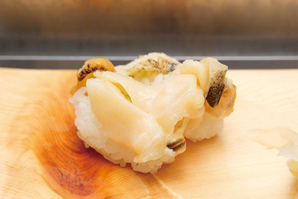 ↑あなご/一貫(150円) 穴子をじっくりと煮込み、最後に炙りを入れることで香ばしさをプラス。ふっくら柔らかい穴子は甘みが控えめで、穴子自体の味がしっかり感じられる人気メニューだ