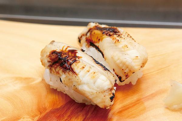 ↑活ツブ貝/一貫(250円) 食べた瞬間にみずみずしい味わいが特徴。ネタは肉厚でシコシコとした歯ごたえがあり、噛むほどに口の中に甘みが広がる。日本酒との相性がよく、酒好きにはファンが多い