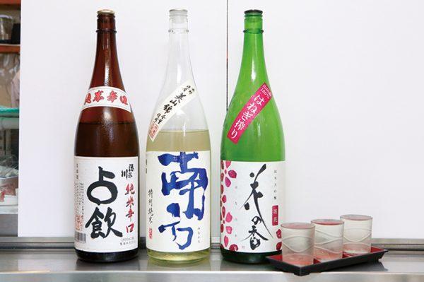 ↑利き酒3点セット(900円) 店主オススメの日本酒を3種楽しめる。写真は左から「占飲」(山形)、「南方」(和歌山)、「花の香」(熊本)