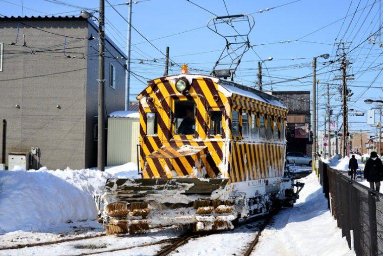 ↑函館市電の除雪用「ささら電車」。降雪の少なさから出動回数が非常に少なくなっている