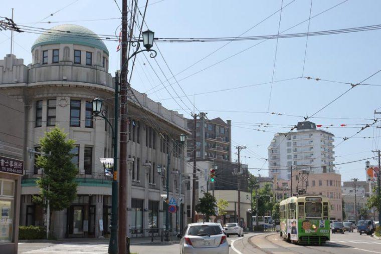 ↑左の建物は大正期に建った元丸井今井百貨店の洋館。十字街電停近くは人気の撮影ポイントだ