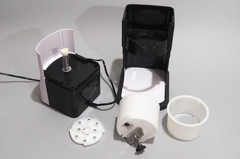 ↑モーターを搭載した本体は水洗いできませんが、それ以外のパーツは水洗い可能です。氷を抑えるスパイクベースも、簡単に取り外すことができます