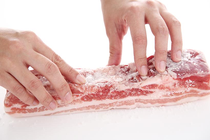 ↑すり込む塩は自然塩がオススメ。肉の旨みを引き出して、よりおいしく仕上げます