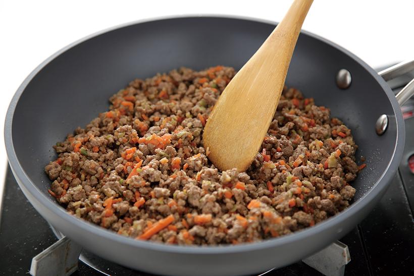 ↑汁けがなくなるまでしっかり炒めることで、調 味料の味が具材によくなじむ