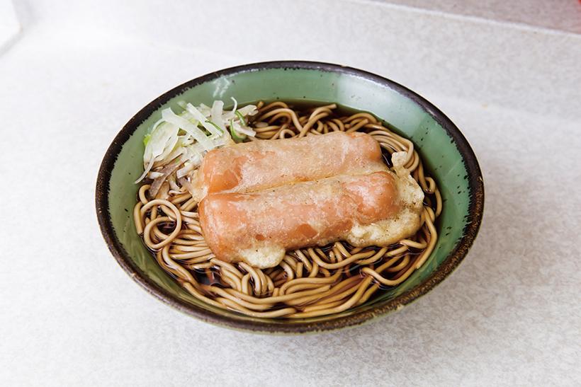 ↑ソーセージ天そば(400円)。魚肉ソーセージの うまみと衣に浸みた濃厚つゆの味の共演が魅力