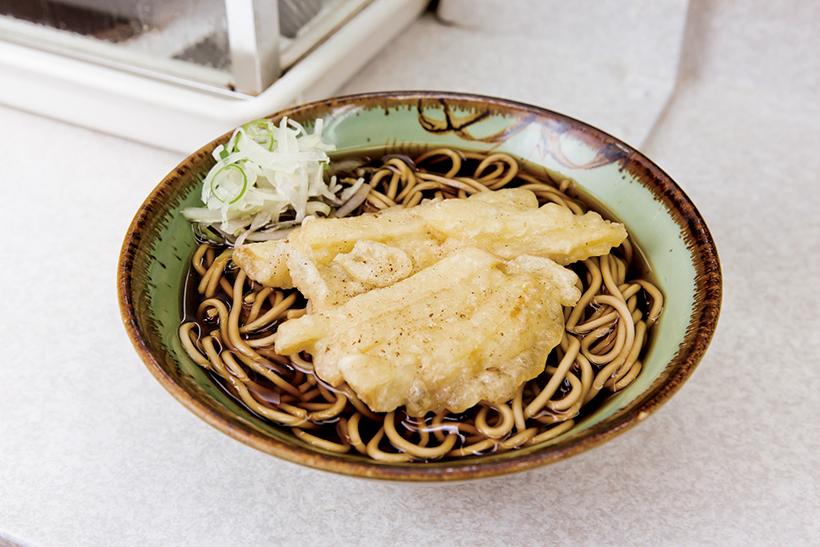 ↑ジャガ芋天そば(400円)。いもがつゆを吸って絶品。ゆで麺とじゃがいもでつゆの味わいを2 倍堪能できる。