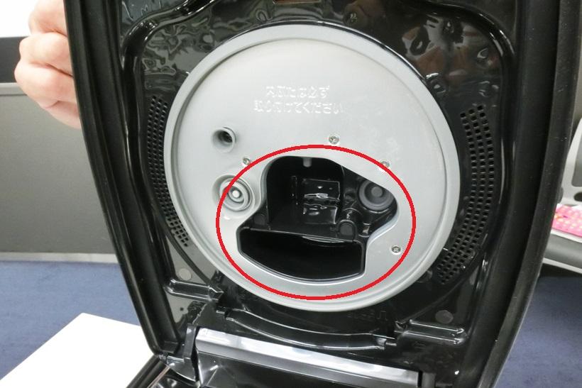 ↑↑内ぶたを取ると、蒸気口へと続くぽっかりとした穴が表れます。この穴(写真の赤い円の部分)はフタを開けた状態で見て上下で分かれているのが特徴。上の穴の奥にはさらにおねばの泡をつぶす細かい穴が開いています