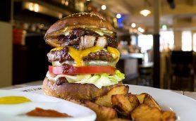 明日の食欲をも奪わんばかりのボリュームは圧巻! ホームメイドバーガーへの執念がすごい「AS CLASSICS DINER」