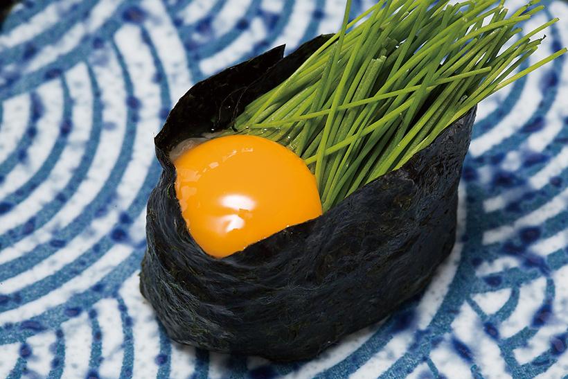 ↑芽ねぎ&うずら玉子/一貫(172円) 静岡県産の芽ねぎとうずらの黄身 を使用。うずらの黄身のまろやかさ に芽ねぎのほろ苦さが抜群のアクセ ントに。芽ねぎをエシャロットに変 えたバージョン(205円)も人気だ。