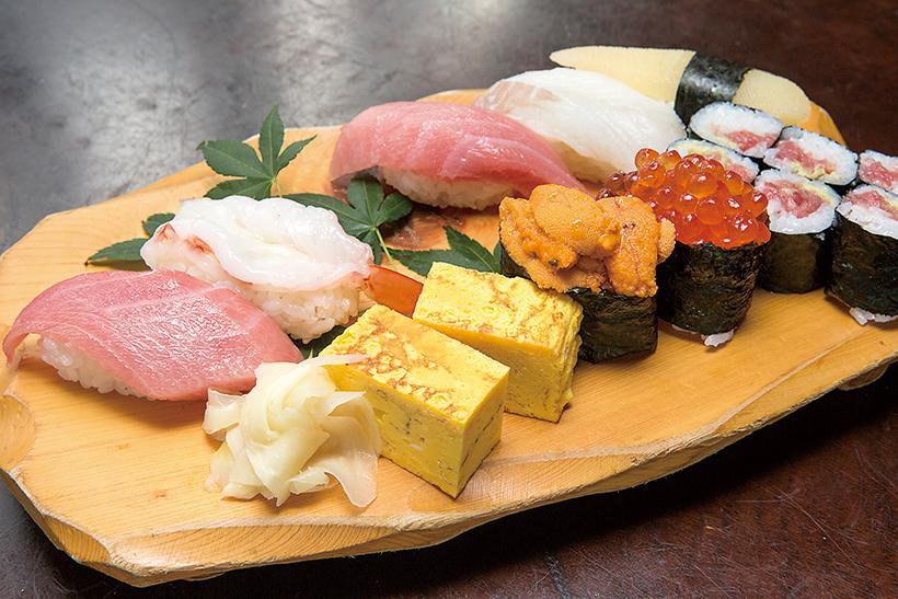 ↑松にぎり 一人前(2106円) とろ二貫に赤えび、白身、うに、 いくらなど、老若男女に愛され る定番の寿司がズラリ。ネタそ れぞれの質が高く、それでいて この価格はおトクだ。