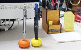 """ペン立てを増やすなら""""一輪挿し""""が正解! 特別な筆記具を素早く効率的に取り出せる「ぺんコッコ」"""