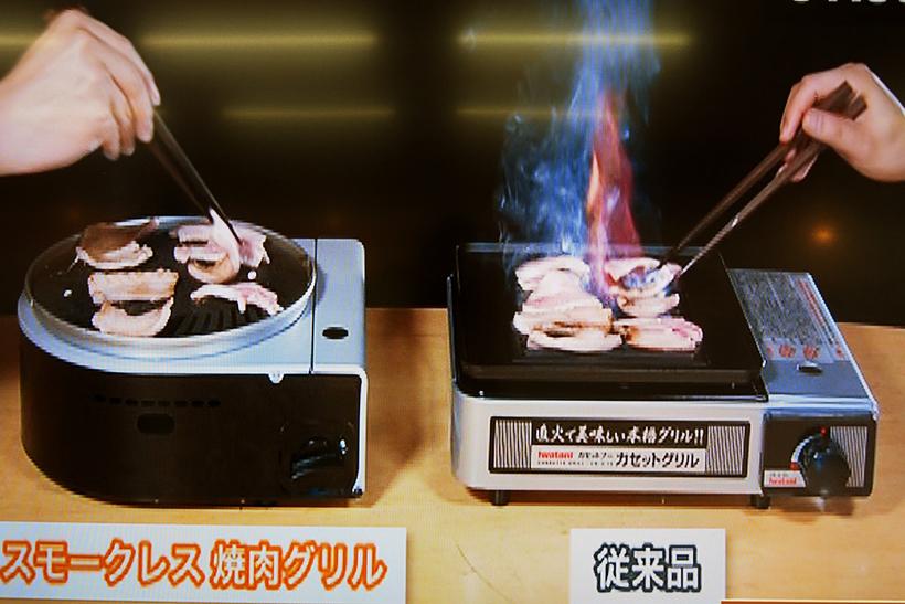 ↑一般的な焼肉グリルとの比較映像デモ。普通の焼肉グリルは、肉をのせたとたんに煙が発生する上、1分半ほどで脂から火が上がった