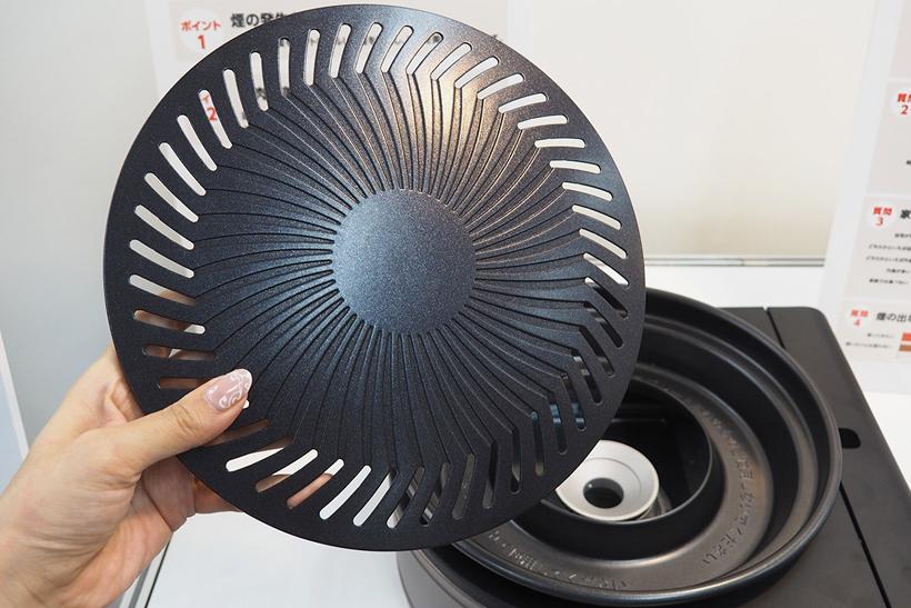 ↑アルミダイキャスト製のプレートには、肉の脂を落としやすくするためのスリットが刻まれています