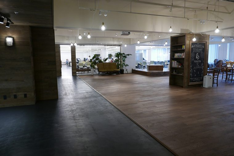↑オフィスを訪れて目に飛び込んでくるのは広々としたカフェスペース