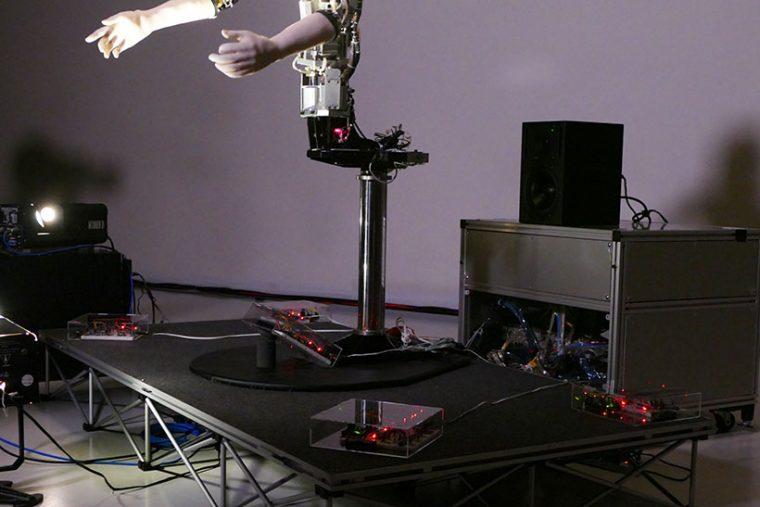 ↑周囲にはセンサーが設置されており、距離や光の変化を感知する。そのデータにより、オルタは動きの範囲などを変える